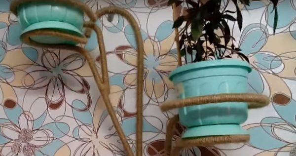 Декорировать изделия из арматуры можно с помощью пеньковой веревки