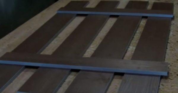 Выкладывают на ровную поверхность вертикальные планки, сверху кладут поперечины
