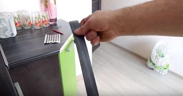 Отмеряют ленту по длине кромки