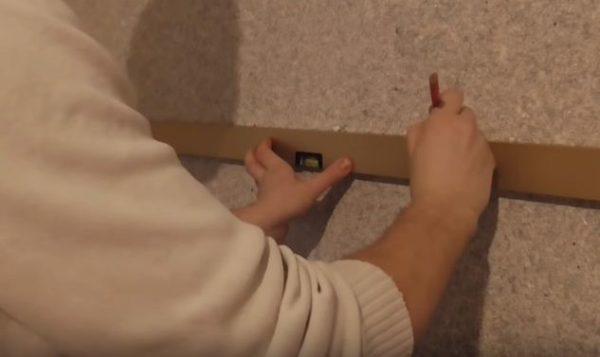 С помощью уровня намечают места сверления под крепежи