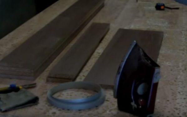 Для наклеивания кромки понадобится утюг, тряпка и нож
