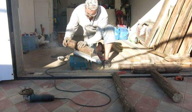 Нарезают заготовки для будущей скамьи