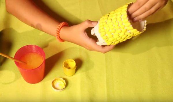 Красят фасоль в желтый цвет