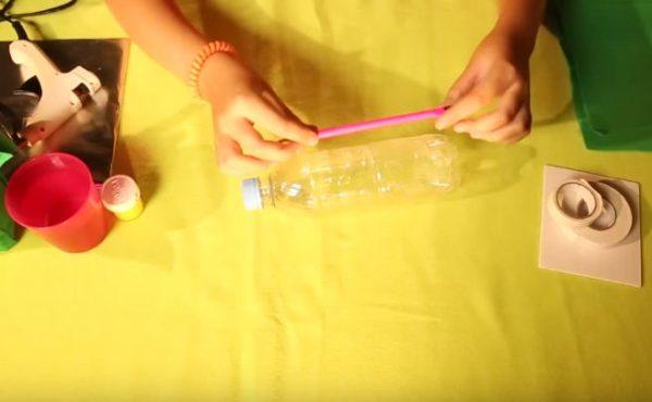 Намечают линию среза на бутылке