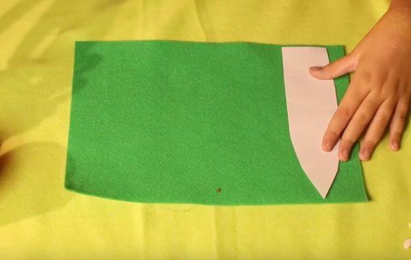 Укладывают на зеленый фетр шаблон листка
