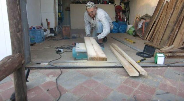 Нарезают доски для сиденья и спинки
