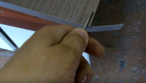 Края кромки обрезают ножом
