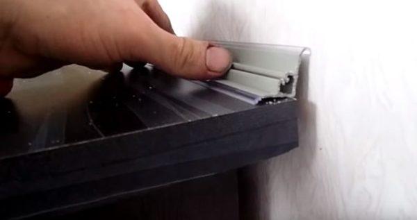 После установки гарнитура по линии примыкания столешницы к стене нужно закрепить плинтус