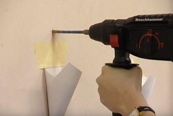 Аккуратно высверливают отверстия в стене