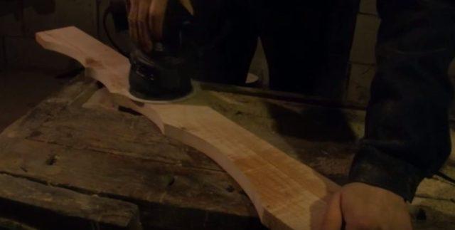 Из такой же доски вырезают перемычку нужной длины с фигурным краем