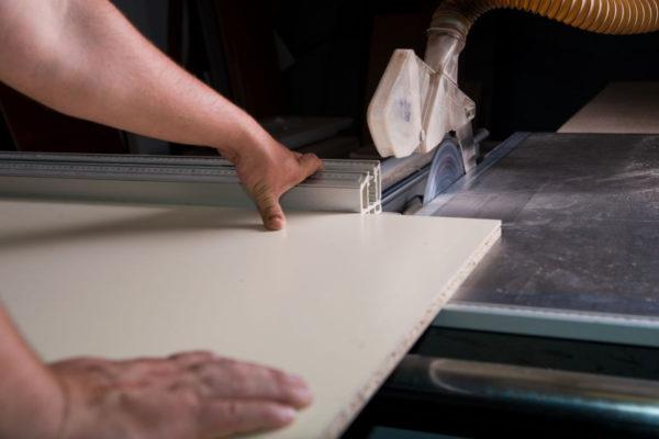 Раскрой ламинированных плит требует не только соответствующего оборудования, но и умения