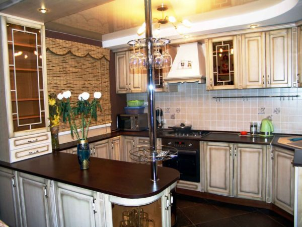Барная стойка, продолжающая кухонную мебель часто предполагает встроенные ящики для хранения принадлежностей
