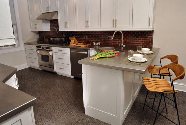 """Барные стойки часто служат заменой столу, который """"съедает"""" большую часть кухни"""