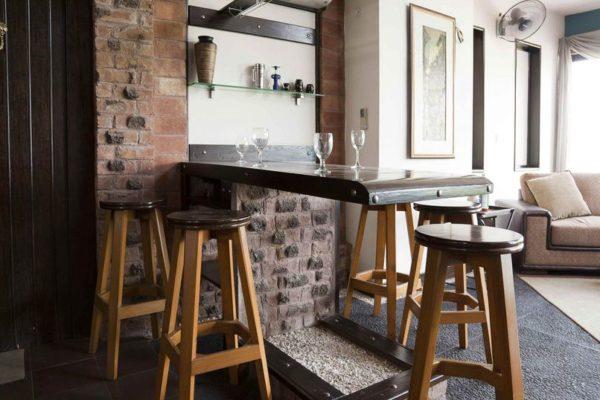 Барные стойки из кирпича отлично дополняют мебель в стиле лофт