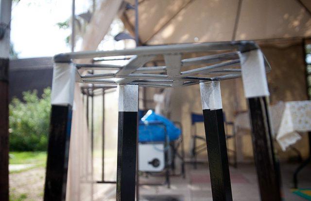 Черные части нашего стула нужно защитить