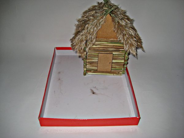 Домик установлен на картонную крышку