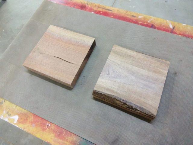 Древесина разрезана на 2 части