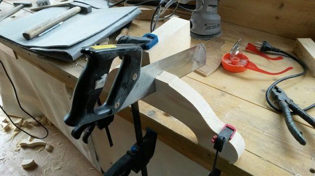 Формируются пазы в ножках стула