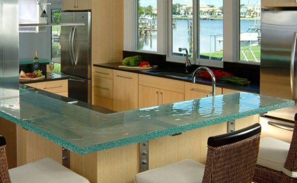 Иногда стеклянные столешницы эффектно сочетаются с деревянным гарнитуром