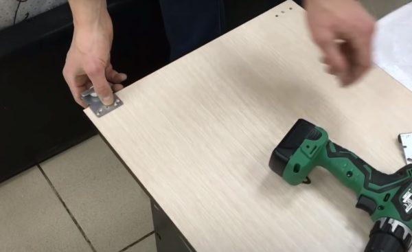 Как крепить фурнитуру с колесиками