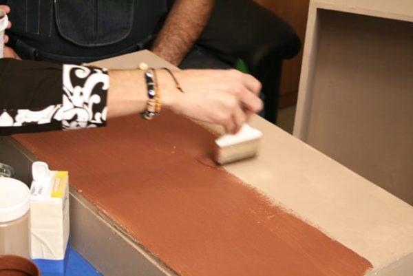 Краску наносим на внешнюю поверхность сундука грубыми мазками