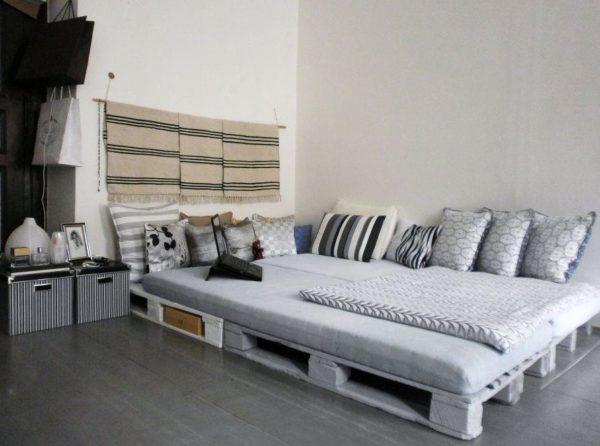 Кровать из поддонов - не бедность, а стиль