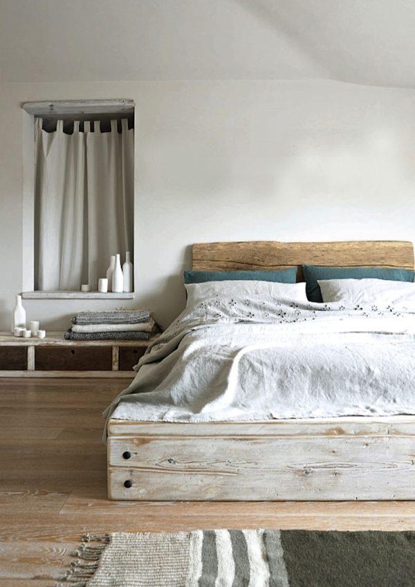 Кровать из старых досок