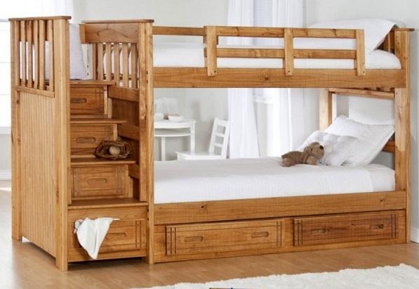 Кровати, в особенности двухъярусные, всегда должны иметь боковины, защищающие ребенка от падения