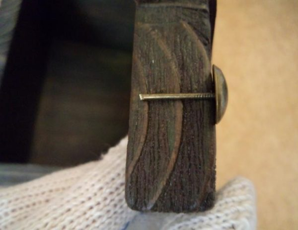 Лишняя длина гвоздя откусана плоскогубцами