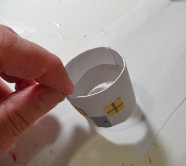 Лишнюю часть бумаги согните внутрь цилиндра
