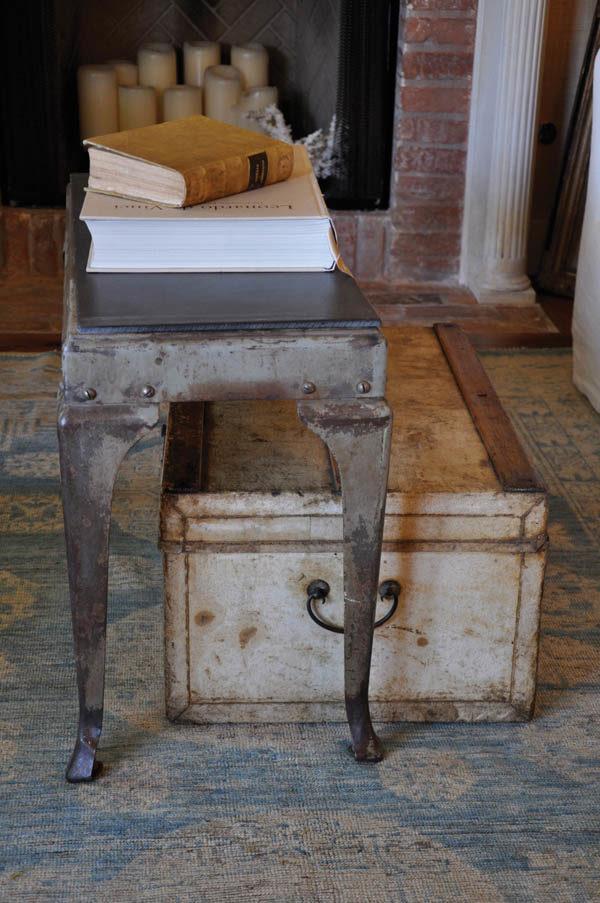 Металлические старые предметы — частый дизайнерский нюанс в стилях с патиной