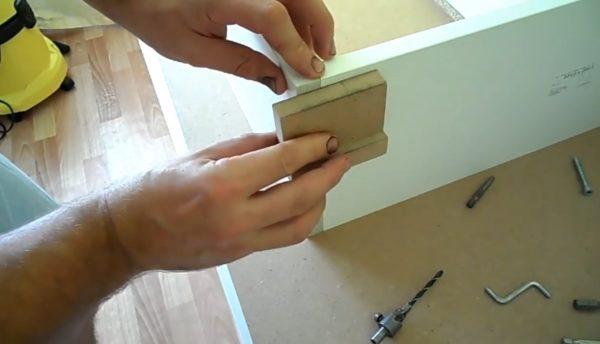Перед тем как браться за дрель, убедитесь в том, что стороны ящика не перекошены