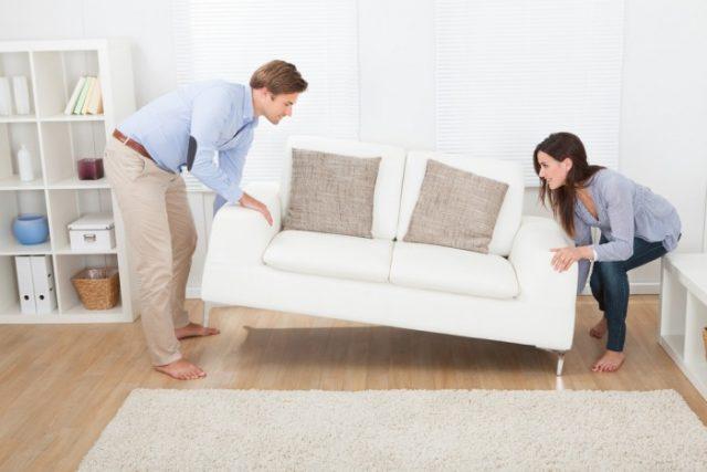 Передвигать мебель по линолеуму нужно правильно