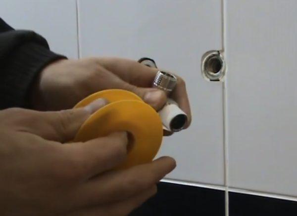 Покрытие резьбы приборного крана ФУМ-лентой