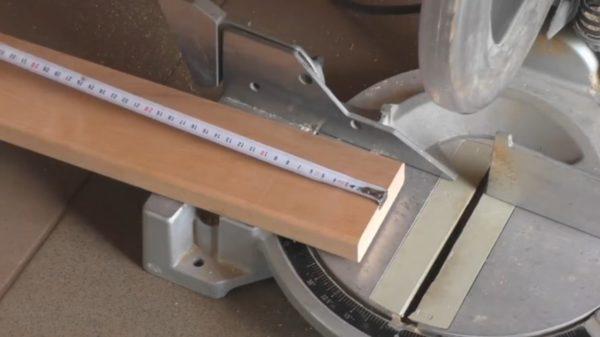 При необходимости отсеките лишнюю длину деревянных балок, приготовленных для каркаса