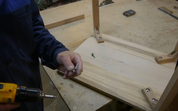 Вкручивание ножек к поверхности стола
