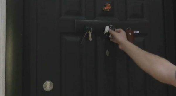 Прикрепление готовой ключницы к двери