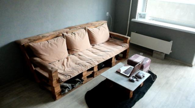 Простой диван из поддонов