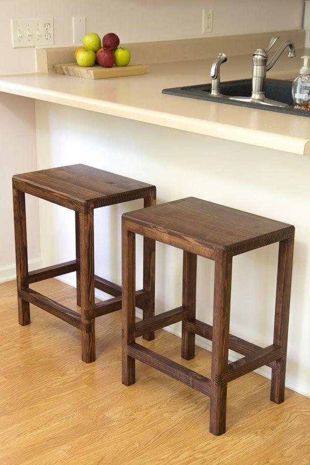 Простые деревянные стулья без спинок