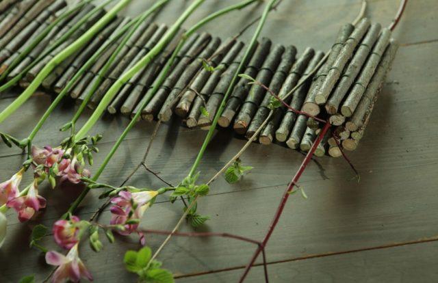 Распределяем цветы и веточки с листьями равномерно