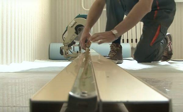 Рулеткой отмеряется нужная длина профиля