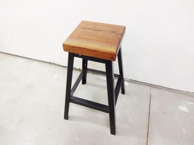 Сидение установлено, барный стул готов к эксплуатации
