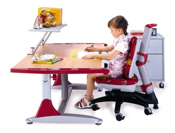 Грамотная организация рабочего места способствует выработке правильной осанки у ребенка во время сидения за столом