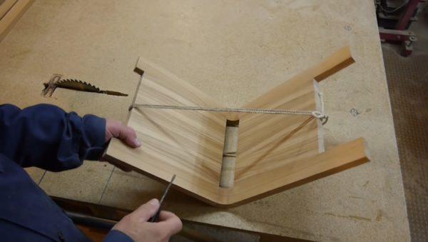 Стягивание основания для стула бечевкой для фиксации формы