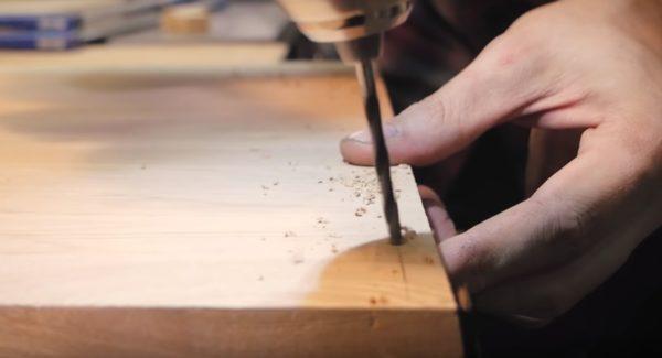 Сверлятся отверстия в деревянных заготовках