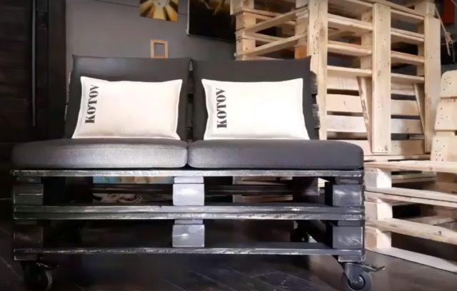 Так выглядит готовый диван из поддонов