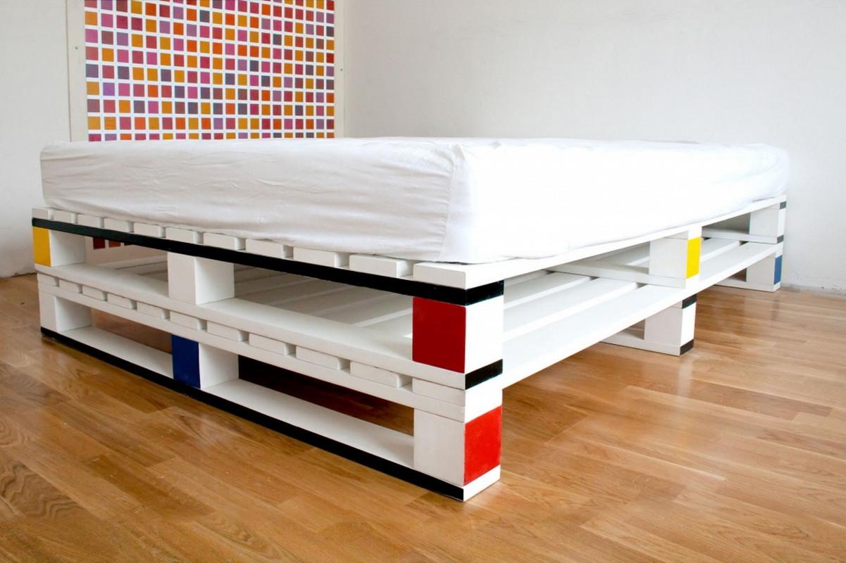 Такая кровать красива, но при этом неустойчива к точечным воздействиям