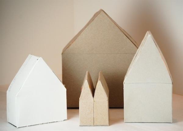 Такие домики можно украсить по своему желанию