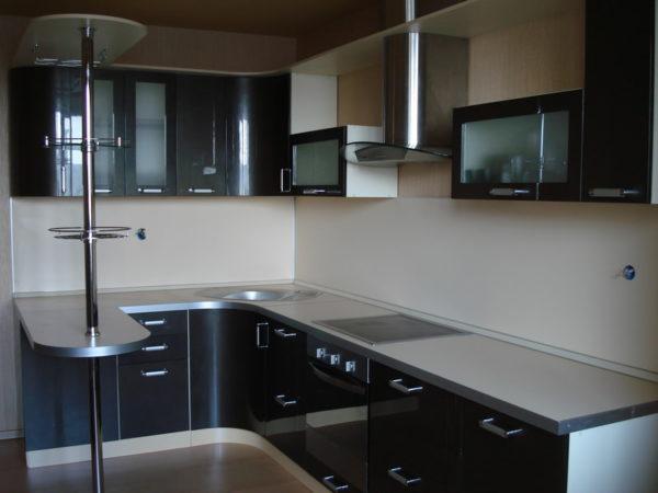Угловой кухонный гарнитур с барной стойкой