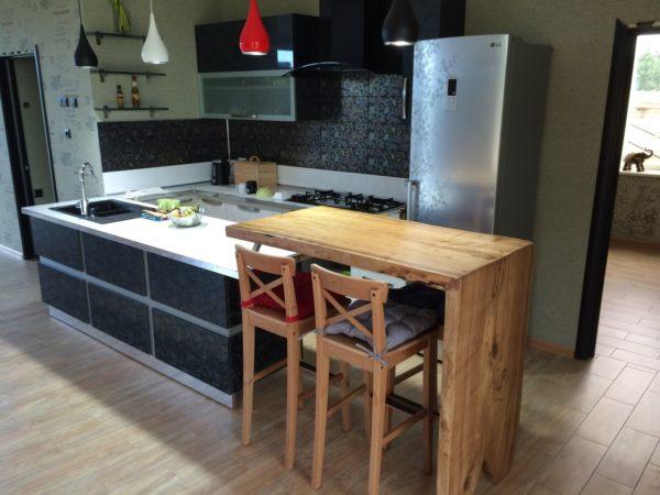 Важно учитывать общую стилистику кухни, чтобы стойка не выбивалась из общей задумки